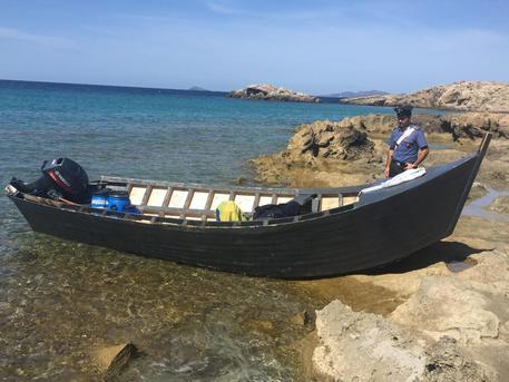 Migranti: barchino a Porto Pino