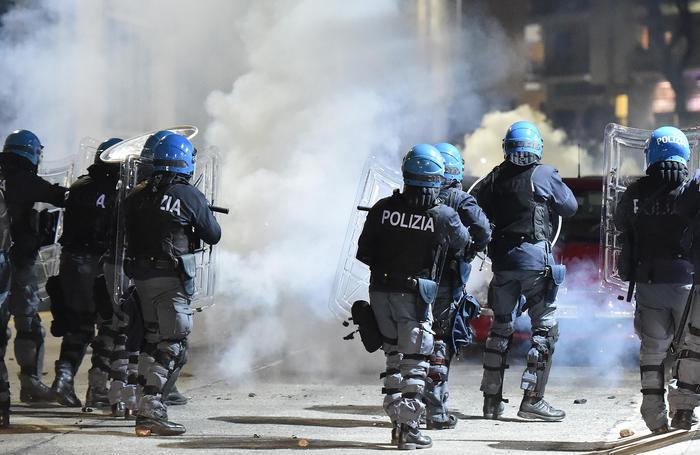 Torino,guerriglia a corteo anarchici. Feriti e 12 fermi