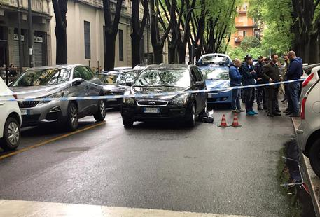 Gli sparano alla testa in strada a Milano, uomo grave