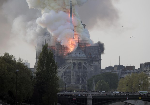 Notre Dame fiamme