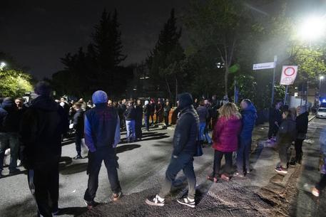 Gente in strada a Roma, proteste per arrivo nomadi