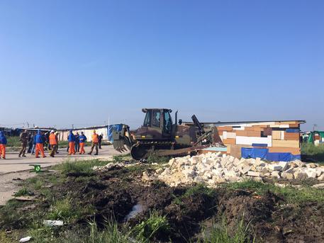 Migranti: ruspe abbattono case-baracche in ghetto a Foggia