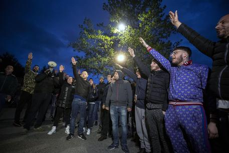 ++ Proteste anti-nomadi: calci a pulmino e saluti romani ++