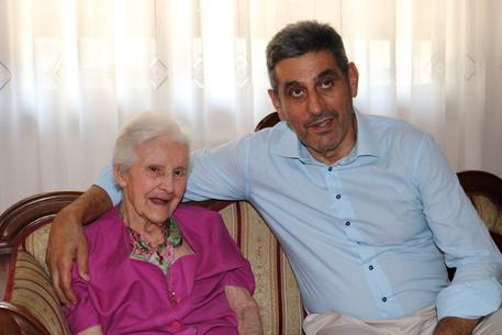 A 104 anni operata per frattura al femore, torna a camminare