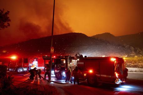 Maxi incendio a Los Angeles, decine di migliaia evacuati