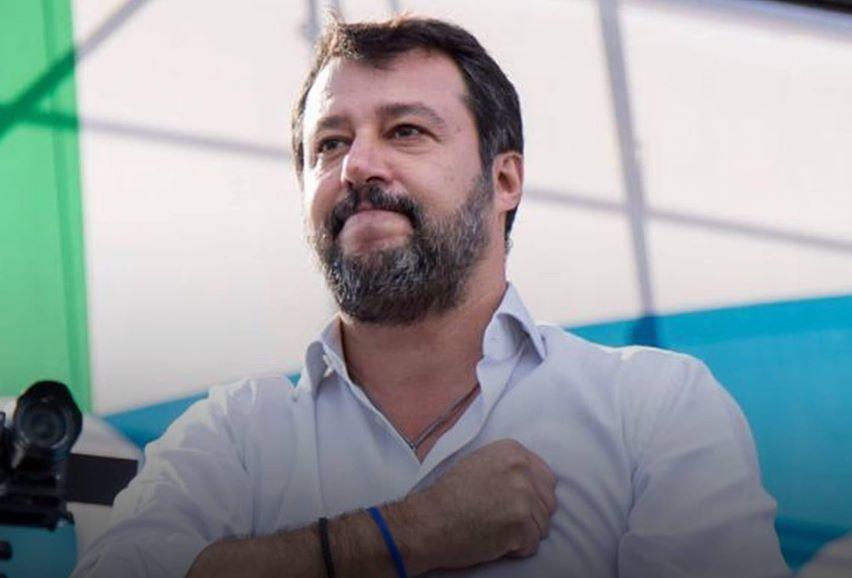 Salvini batte il petto