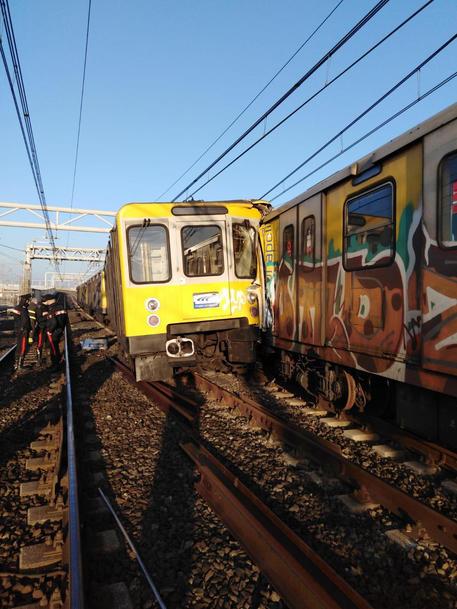 Scontro fra treni della metro a Napoli