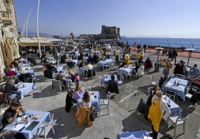 Ristoranti all'aperto via Caracciolo. Napoli