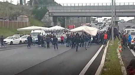 Ambulanti bloccano Grande raccordo anulare a Roma